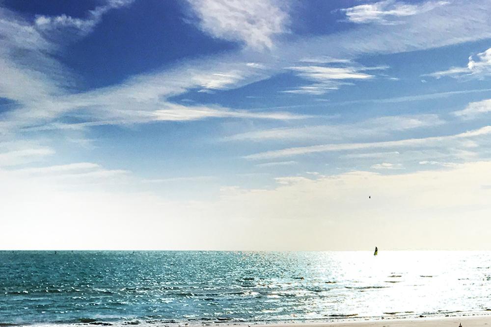 bord océan ciel bleu soleil voilier Agence immobilière Victor & Victoire Real estate agency