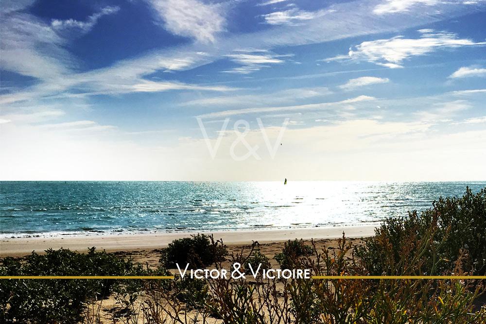 océan atlantique vert ciel bleu côte voilier Victor & Victoire immobilier Real Estate agency