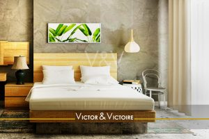Appartement chambre parentale lumineuse chevet bois cadre vert suspension Victor & Victoire immobilier Real estate agency