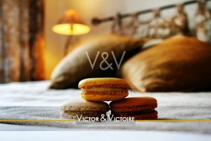 chambre lit oreillers lampe allumée macarons gourmandise Agence immobilière Victor & Victoire Real estate agency