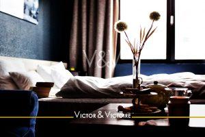 chambre marine oreillers couette appartement théière bouquet tasses Agence immobilière Victor & Victoire Real estate agency