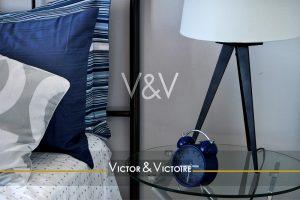 bleu blanc chambre marine appartement bord de mer oreiller rayé lampe pieds bois Victor & Victoire immobilier Real estate agency