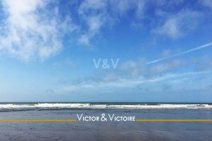 plage sable mouillé océan vert écume blanche ciel bleu avec traînée avion Agence immobilière Victor & Victoire Real estate agency