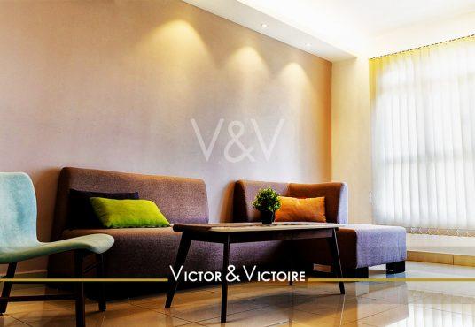appartement T3 Nantes Nord canapés fauteuil acidulés pièce appartement lumineux Victor & Victoire immobilier Real estate agency
