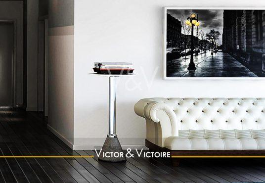 Centre Nantes Appartement T2 entrée couloir sol noir salon canapé blanc cadre électrophone vintage Victor & Victoire Immobilier Real estate agency
