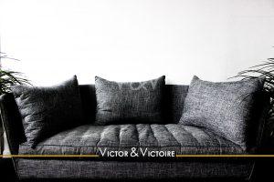 salon canapé gris tissu trois coussins Victor & Victoire Immobilier Real estate agency