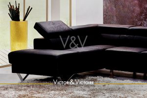 appartement T4 Nantes hyper centre canapé angle cuir design salon vase translucide jaune Victor & Victoire-immobilier-Real estate agency