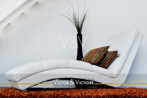 salon fauteuil relax blanc design coussins tapis Victor & Victoire Immobilier Real estate agency