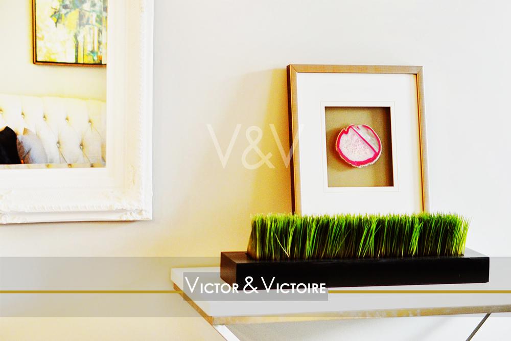 salon desserte plante verte cadre miroir Victor & Victoire Immobilier Real estate agency