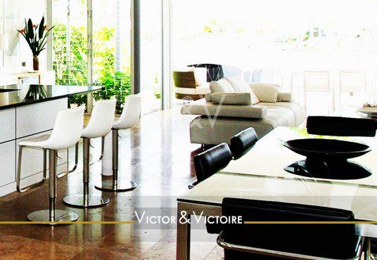 appartement T5 Paris 18e chaises bar verdure séjour ouvert terrasse canapé table repas Victor & Victoire immobilier Real estate agency