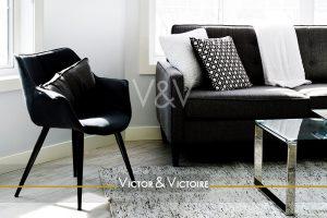 salon lumineux canapé fauteuil noir plaid blanc Victor & Victoire-immobilier-Real estate agency