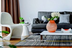 Appartement T3 Facultés Nantes Chézines salon canapé coussins vase hortensia siège design Victor & Victoire-immobilier-Real estate agency