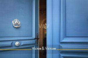 double porte entrée bleu maison 4 chambres bord de mer avec piscine-saintgillescroixdevie Agence immobilière Victor-Victoire immobilier fengshui real estate agency