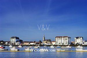 port saintgillescroixdevie église bateau au mouillage côte Vendée appartement Agence immobilière Victor & Victoire immobilier Real estate agency