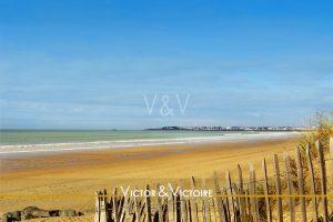 ganivelle accès plage saintgillescroixdevie océan vert sable jaune ciel bleu Agence immobilière Victor & Victoire Real estate agency