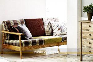 canapé bois vintage écossais séjour Agence immobilière Victor & Victoire. Real estate agency.