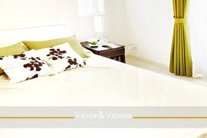 chambre lit king size baies blanc vert appartement paris Agence immobilière Victor & Victoire, Real estate agency.