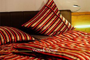 chambre aprure de lit rouge appartement paris Agence immobilière Victor & Victoire, Real estate agency.