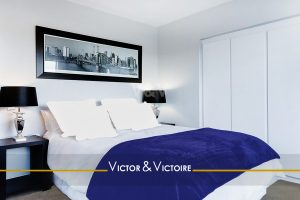 chambre blanc bleu lit double vente appartement ParisAgence immobilière Victor & Victoire, real estate agency