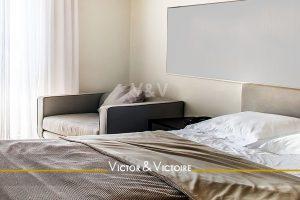 lit double couleur taupe fauteuil chambre appartement t2 vente Paris Nantes Agence immobilière Victor & Victoire, Real estate agency
