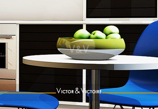 kitchenette noir blanc repas chaise bleu vente Paris Nantes. Agence immobilière Victor & Victoire, Real estate agency