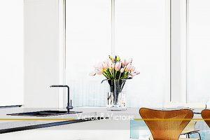 séjour cuisine ouverte appartement lumineux vue Paris Nantes Agence immobilière Victor & Victoire, real estate agency