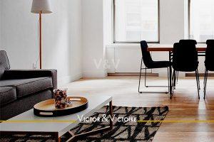 salon séjour table bureau canapé lumineux Agence immobilière Victor & Victoire. Real estate agency.