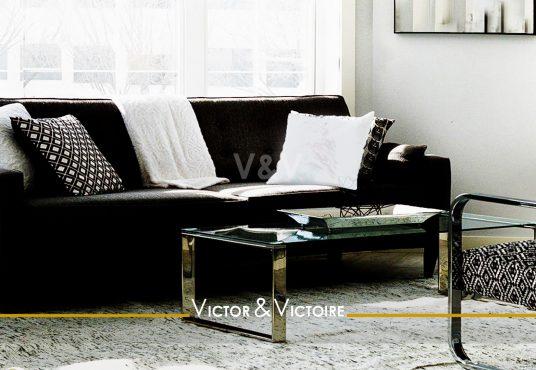 séjour noir blanc canapé fauteuil baie Agence immobilière Victor-Victoire. Real estate agency