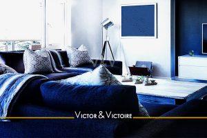 séjour lumineux larges baies canapé blanc bleu vente appartement Paris Agence immobilière Victor-Victoire. Real estate agency