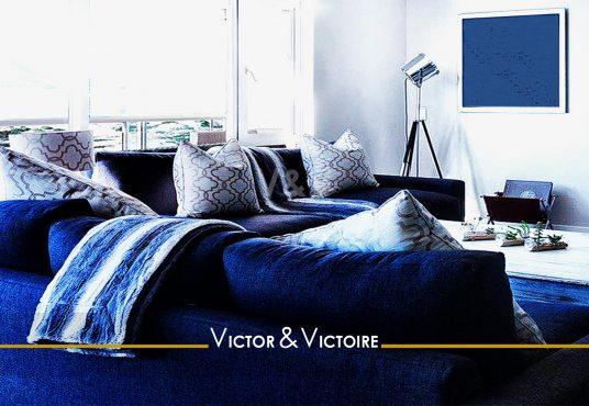 Les Sables d'Olonne salon maison jardin bord de mer canapé d'angle bleu blanc Agence immobilière Victor-Victoire immobilier neuf, Real estate agency