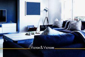séjour lumineux blanc bleu canapé baies coulissantes terrasse Agence immobilière Victor & Victoire, Real estate agency.