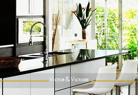 cuisine américaine blanc noir vue terrasse végétalisée appartement T5 Paris 18e agence immobilière Victor & Victoire Real Estate Agency
