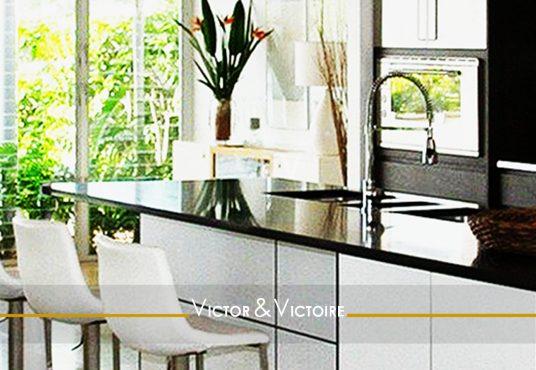 cuisine américaine blanc noir vue terrasse végétalisée appartement T5 Paris 15e agence immobilière Victor & Victoire Real Estate Agency