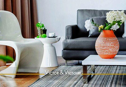 séjour canapé bouquet baie fauteuil PVC vintage vente appartement Paris 75018, Victor-Victoire. Real estate agency.